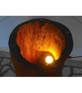 Holztisch mit Glasplatte und Lampe