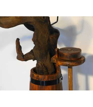 Holzmetallleuchter aus einer Baumwurzel und eine alte Butterkanne